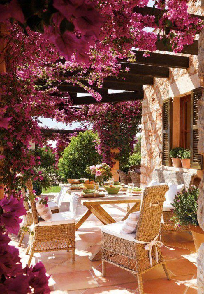 plante grimpante violet, salon de jardin, meubles de jardin, maison en pierre, table de jardin en bois clair