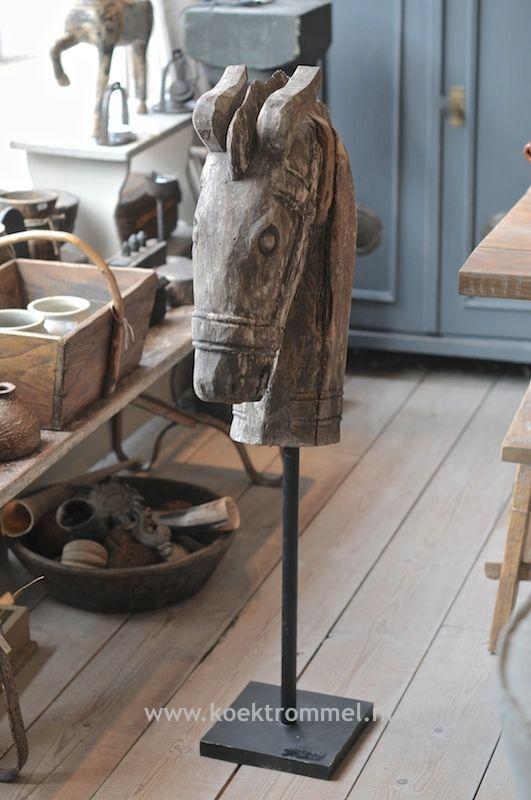 oud, houten paardenhoofd op sokkel