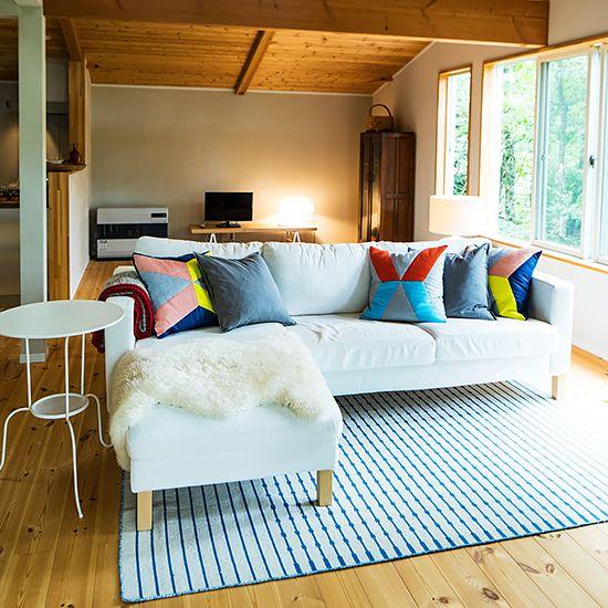 IKEAの家具で、北欧テイストのおしゃれなインテリア実例 - 北欧 ... 中央にはIKEAのKARLSTAD/カルルスタード ソファが置かれて、その周りを回遊できるように空間が作られています。オットマンにかけられた羊毛風のカバーや、サイド ...