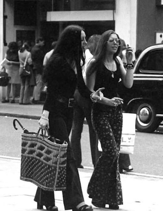 Le Fashion Blog 1970s 70s Street Style Vintage Photos Print Wide Leg Pants Bell Bottoms Via Tres Blase