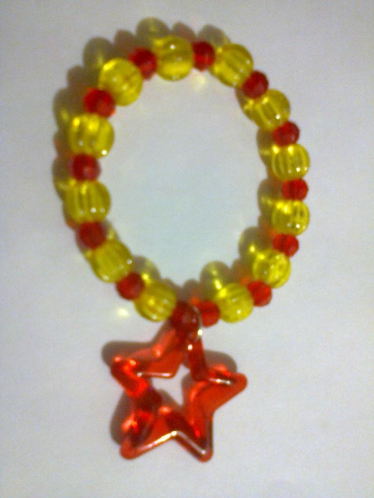 KA_P013 - Pulsera en color amarillo y rojo con cuenta en forma de estrella en color rojo.