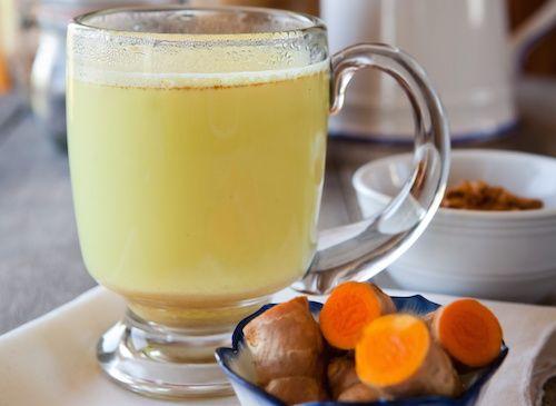 Connu également comme le lait de curcuma, le lait d'or serait une recette alimentaire très précieuse pour notre santé. Il contient principalement de la curcumine extraite de la racine du curcuma, et du polyphénol comme composant actif.