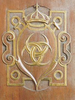 A design of three interlaced crescent moons, similar to the Borromean rings, can be seen at the Palace of Fontainebleau. Sometimes the points of each moon meet, completing the rings. The motif was designed by the architect Philibert de l'Orme, and is based on the moon emblem used by Diane de Poitiers (1499-1566), mistress of King Henry II of France. There may be also an Italian influence since the Queen of France was Caterina II de Medici.