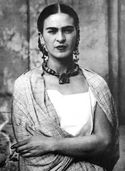 Frida always with a necklace.