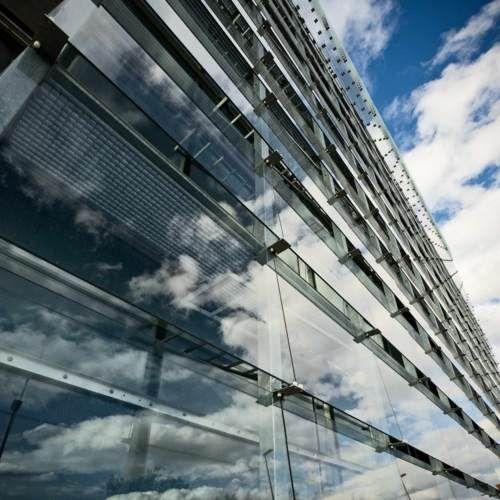 Fachada de cristal reduce radiacion solar El vidrio sigue contribuyendo a la construcción de proyectos sostenibles. Esta vez, en la Facultad de Economía de la Universidad de Murcia, se incorporó una fachada envolvente que reduce la radiación solar en un 50%.