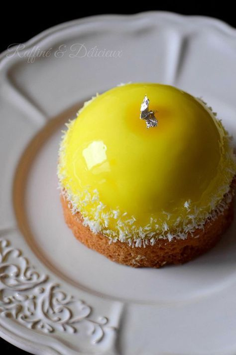 Dôme citron sur palet breton et éclats de noix de coco