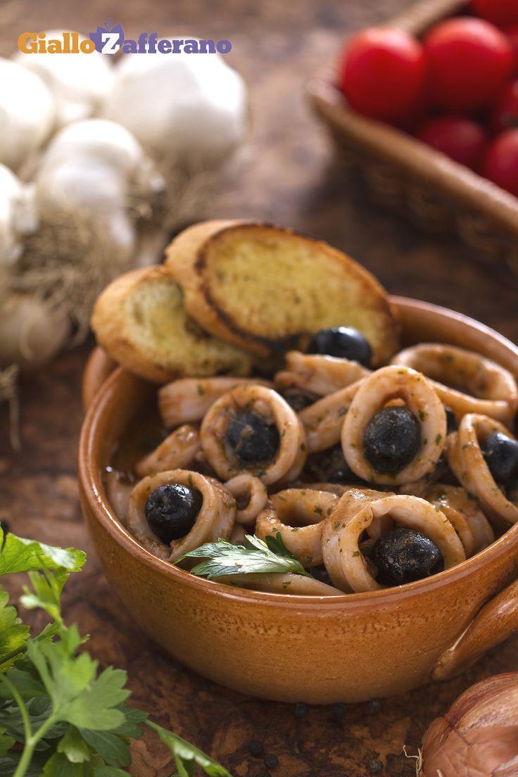 I nostri #CALAMARI ALLE OLIVE sono un secondo piatto di #pesce saporito e invitante, pronto in poche semplici mosse. Qui la #ricetta: http://ricette.giallozafferano.it/Calamari-alle-olive.html #GialloZafferano #italianrecipe #italianfood