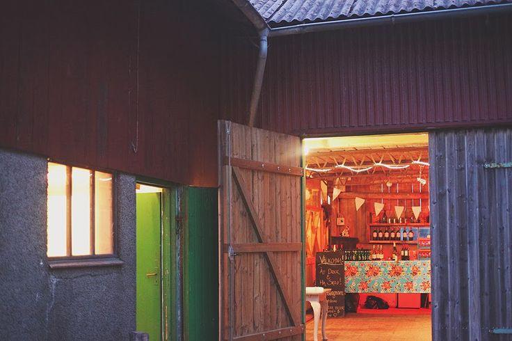 Nu kommer den andra delen av detta fantastiska bröllop. Festen hölls på Pernmyrs Gård som var ett underbart litet ställe. En lada med m...