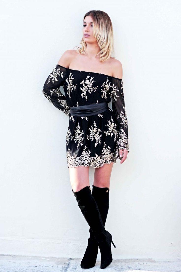 Φόρεμα με χαμηλούς ώμους, από δανδέλα με κεντητές χρυσές λεπτομέρειες.