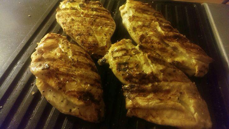 Курица обжаривается на гриле, а говядина на сковородке