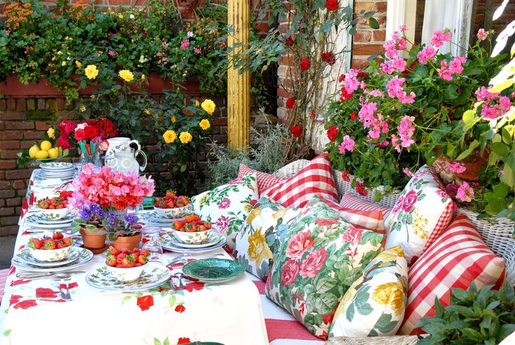 Pillows!!! The Ivy Restaurants in Los Angeles & Santa Monica