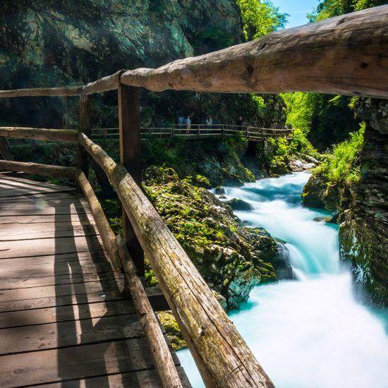 Slovenië wint steeds meer aan populariteit bij vakantiegangers. Niet heel gek want in 2015 werd ik al betoverd door de schoonheid van het land. De prachtige bergen met haar besneeuwde toppen, de groene wijngaarden die glinsteren in het zonlicht, de sfeervolle hoofdstad, de imposante watervallen...