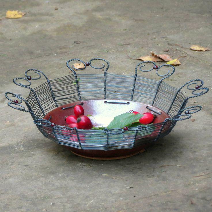 Věci+z+peci+&+smu:+srdcovka.++misku+jsem+vyrobila+odrátováním+keramické+misky+od+Věci+z+peci+železným+drátem.+drát+je+ozdoben+červenými+skleněnými+korálky.+na+misce+se+krásně+vyjímají+vajíčka,+jablka,+cibule,+česnek,+kaštany,+šípky,+dýně......++Ve+vlhku+drát+zrezne,+na+čištění+použijte+suchý+kartáček,+vpřípadě+namočení+je+nutné+košíček+dosucha...