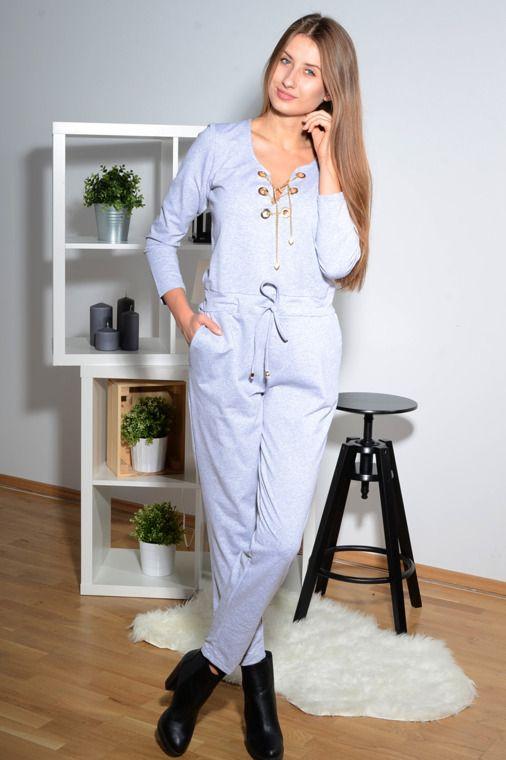 Kombinezon z suwakiem na plecach oraz ozdobnym łańcuszkiem na dekolcie. Modny design i niepowtarzalny wygląd. Idealny do wieczorowych stylizacji.
