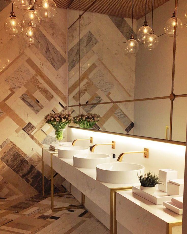 Estreando esse ano na CASA COR Giuliana Savioli e Bárbara Gomes do @studio011 assinam o projeto do Banheiro Feminino em comemoração aos 30 anos da mostra. Em um casamento perfeito entre sofisticação e sustentabilidade as arquitetas apostaram em produzir de forma sustentável com sobras de recorte de mármore um mosaico lindíssimo para compor o piso e a parede do ambiente! Destaque para as lindíssimas louças e metais Deca @decaoficial que estiveram presentes em todos os ambientes da mostra…