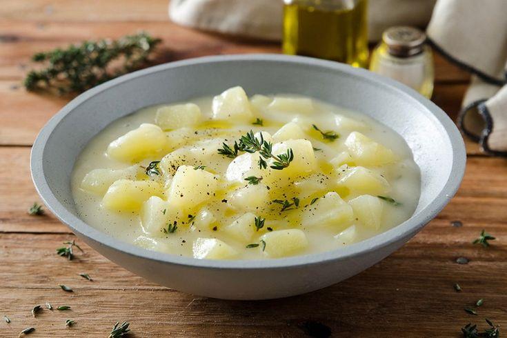 Un primo piatto delicato ma sostanzioso: la minestra di patate vi sorprenderà! Questa ricetta, semplice e veloce, ha una consistenza cremosa ed è perfetta come alternativa al classico piatto di pasta.