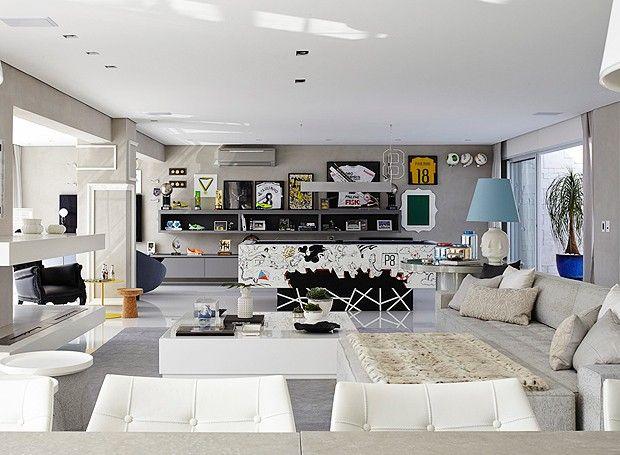 O living foi ampliado com a integração dos ambientes e da varanda, perfeito para receber bastante gente em casa (Foto: Victor Affaro)
