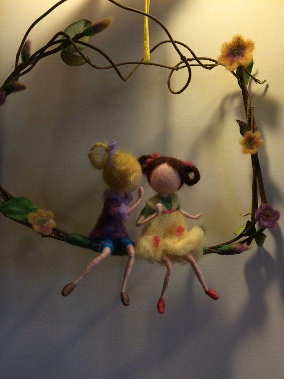 Twee leuke kleine meisjes zijn in de gang. Een overdracht naar een ander groot geheim! Ze zijn zeer zacht en naïef... en leven in een wereld vol van licht en kleuren, geuren en bloemen. Mooie inrichting in uw huis! De hoogte is ongeveer 25 cm. Ik gebruikte een natuurlijke tak van jasmijn.