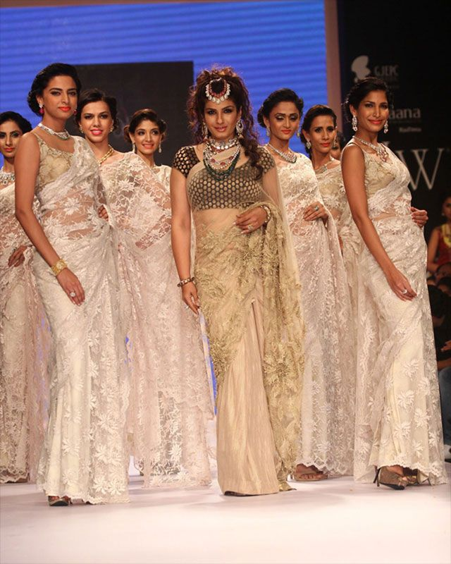 Raveena Tandon turned showstopper to display Dipti Amisha collection on the second day of the India International Jewellery Week (IIJW) 2014.