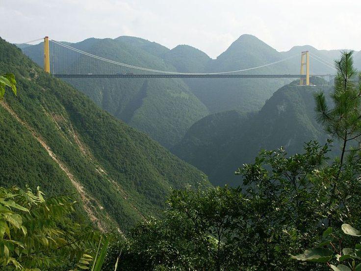 Puente del río Sidu (Hubei, China): Abierto en 2009, es el puente que está a más altura en el mundo con sus 496 metros (Wikimedia Commons).