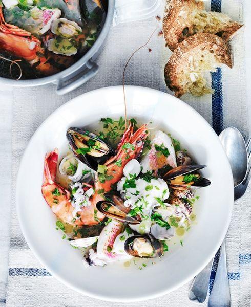 Tutto il sapore del Mediterraneo in una zuppa di pesce prelibata, che puoi servire anche tiepida. Scegli del buon pane (o preparalo tu stesso) perché è parte integrante dell'esperienza di questa ricetta!