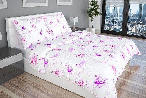 Rosalba luxus ágyhuzat elegáns lila virágokkal a visszafogott és decens fénnyel ellátott fehér felületen.
