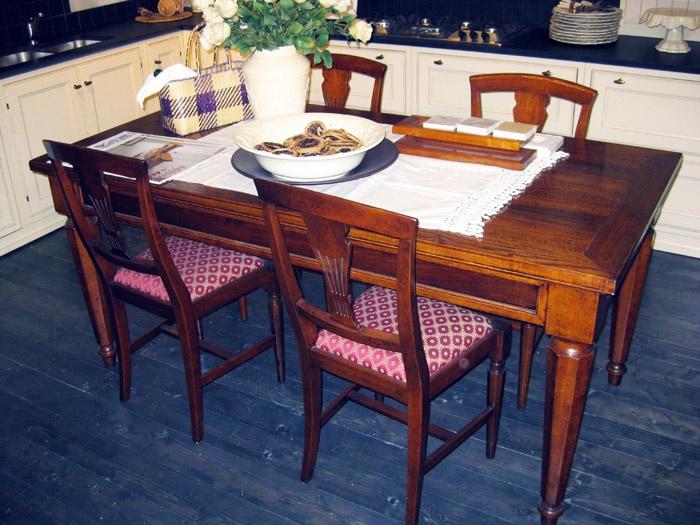 """MARTINI """"La Castagna""""    Tavolo fisso in castagno e noce, mod. La Castagna.  180 x 90 cm  Prezzo listino € 2.694,00  Prezzo offerta € 1.800,00 DEVINCENTI MULTILIVING Via Casaloldo, 2 46040 Piubega Mantova 0376 65530 #design #mantua #devincenti #multiliving #arredamento #showroom #mantova #furniture #piubega"""