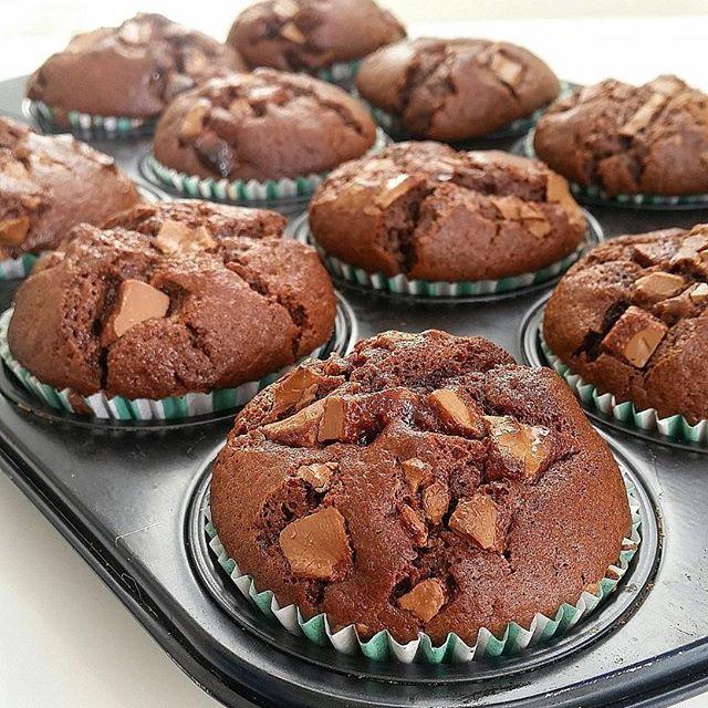 Favorit i repris❤ Stora saftiga amerikanska chokladmuffins med chokladbitar. SÅ GODA! Sök efter Amerikanska chokladmuffins i bloggens sökruta så hittar du recept på 🍫