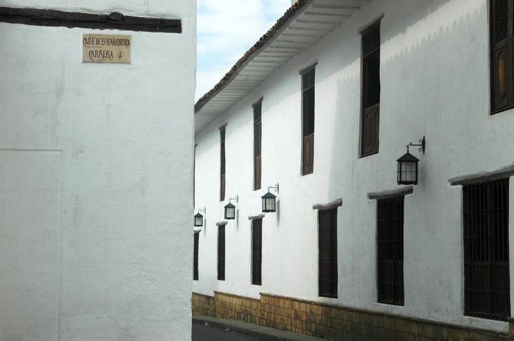 Calle colonial en Cali La Merced