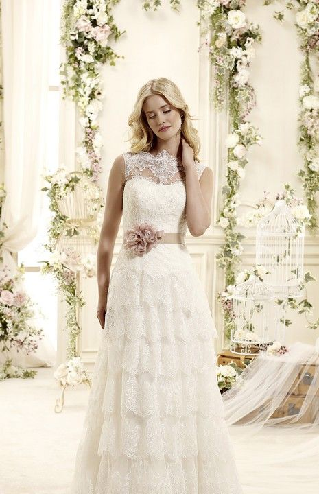 Nádherné romantické biele krajkové svadobné šaty s kaskádovou sukňou a kvetinovou ozdobou v páse svadobný salon Valery