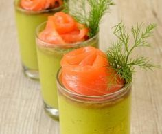 I rotolini di salmone su crema di avocado sono un antipastino di pesce molto sfizioso: fresco, particolare e anche carino e colorato da presentare.