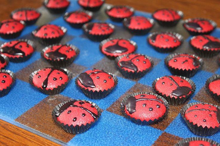 Mini-Muffins - Marienkäfer  mögen die Großen auf Diät genauso wie die Kleinen die keinen Zuckerflash bekommen sollen! mini   muffins   rezept   marienkäfer   pralinen   kinder   kindergeburtstag   backen   diät   redvelvetcake