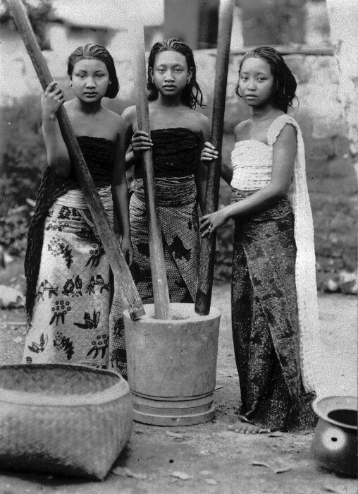 Bali, drie meisjes stampen rijst.  1920-1921