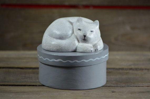 Rond spanen houten bewaar doosje, kattensnoepjes  - handbeschilderd - Slapende kat beeldje -  wit