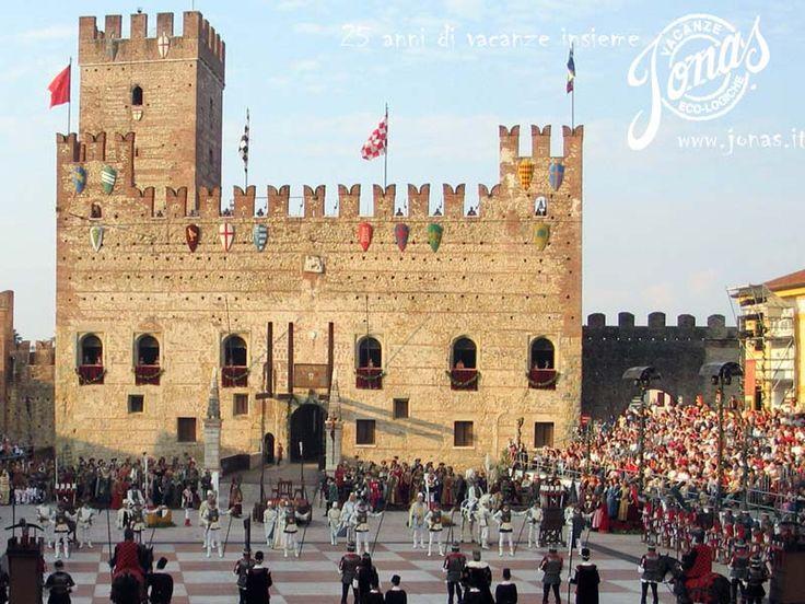 """Marostica è nota in tutto il mondo per la partita a scacchi che si svolge ogni due anni  con personaggi viventi nella piazza cittadina, nel secondo fine settimana di settembre. Per questa storica manifestazione la cittadina vicentina viene anche soprannominata """"la città degli scacchi""""."""