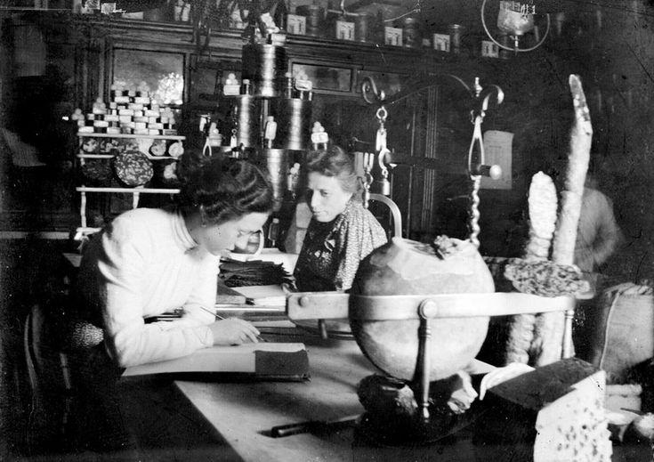 Modena, Interno della Salumeria Morselli, due donne al bancone, 1900-1903, Umberto Orlandini, Fondo Panini, Fondazione Fotografia Modena.