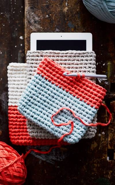 Virkattu iPad-kotelo syntyy nopeasti! Ohje löytyy Novita Kesäkäsityöt -lehdestä sekä nettisivuiltamme. LANKA: NOVITA TUUBI.