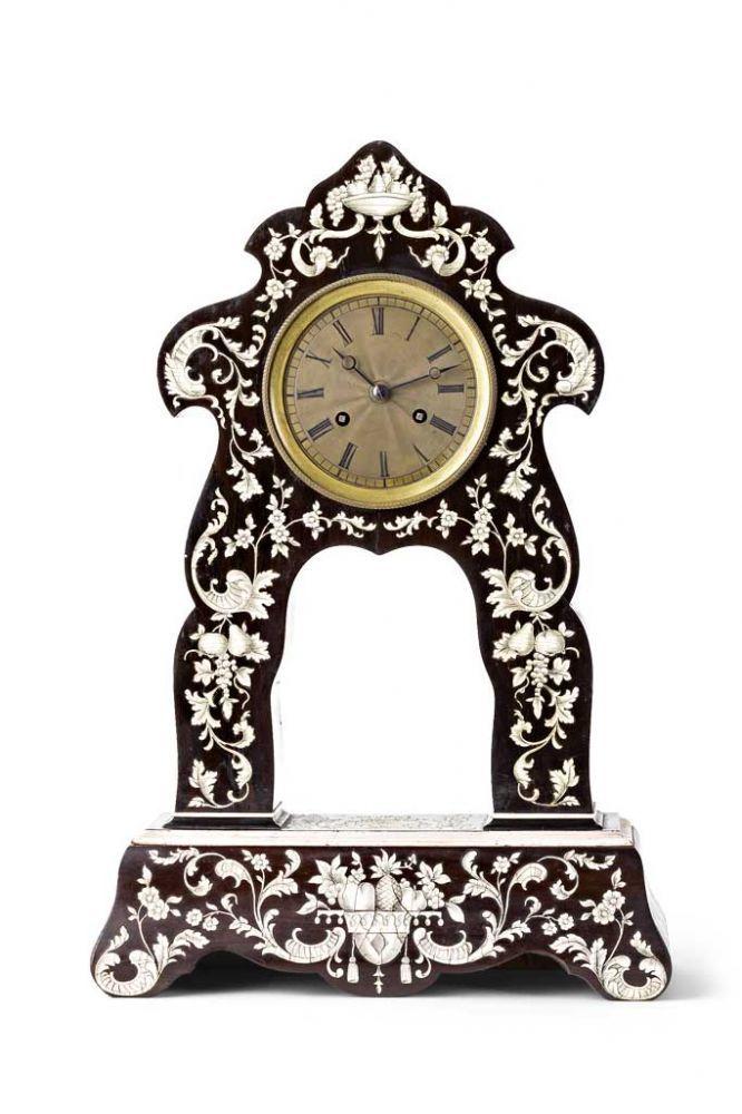 Seltene Portaluhr. Furniertes und kunstvoll mit Elfenbein intarsiertes Holzgehäuse: florale Motive — Uhren, Musikdosen und technische Geräte