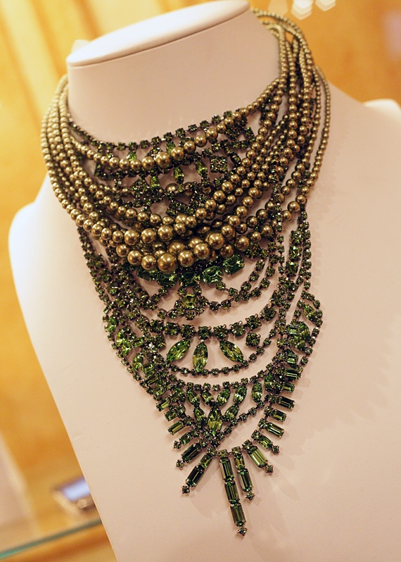 layered gold bead and rhinestone necklace, what an awesome way to make a sparkly necklace more casual