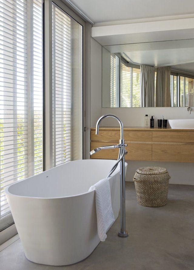Une baignoire îlot minimaliste