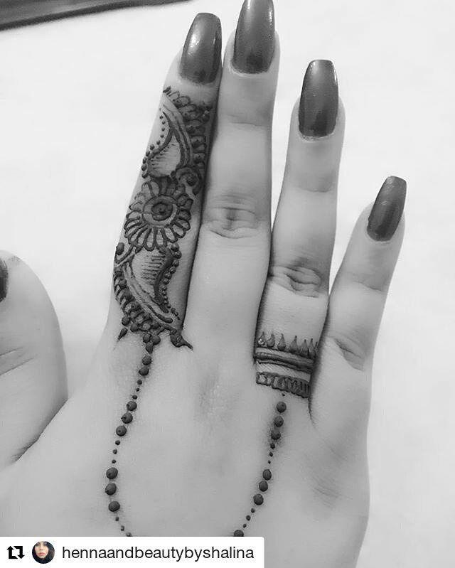 #follow@hennafamily #hennafamily  #Repost @hennaandbeautybyshalina  Repost of my simple linked finger design.Love creating these tiny henna patterns.  #henna #hennatattoo #hennaartist #mehndi #mehndidesign #tattoo #tattoos #asian #asianbridal #wedding #desi #pakistani #indian #indianwedding