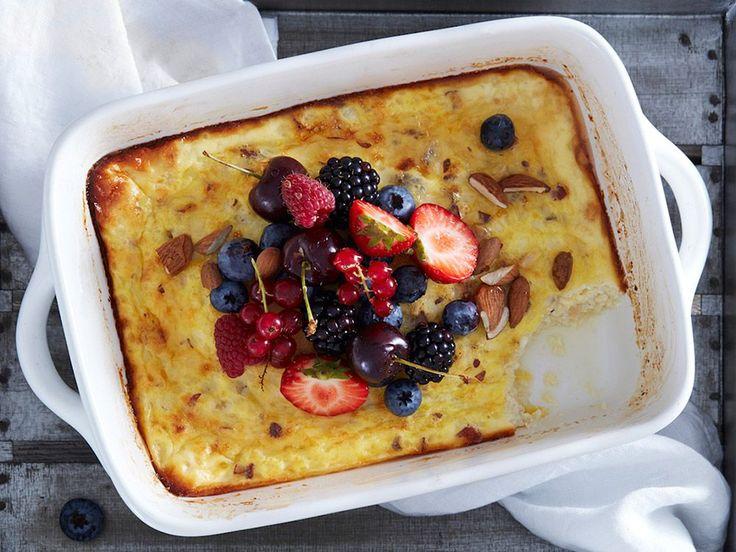 Ostkaka är gott som dessert, men fungerar lika bra som proteinrikt mellanmål före eller efter träning. Du kan enkelt variera ostkakan med olika smaker och toppings.
