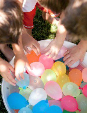 balões cheios de água para uma guerrinha na piscina