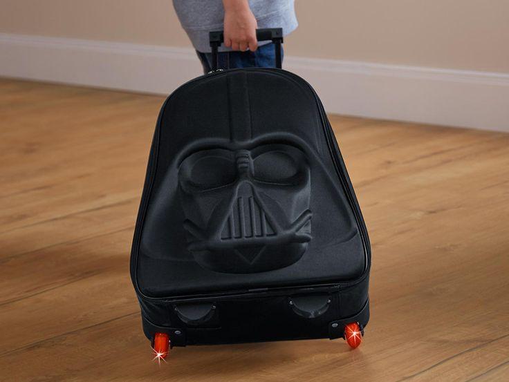 Pour tous les fans: Voyage avec style avec la valise trolley en forme 3D Dark Vador. Chez Tchibo.ch tu peux commander la valise à prix incroyable de seulement 40.-.  Achète ici ta valise Star Wars à petit-prix: http://www.besoin-de-vacances.ch/valise-trolley-3d-dark-vador-a-commander-a-40/