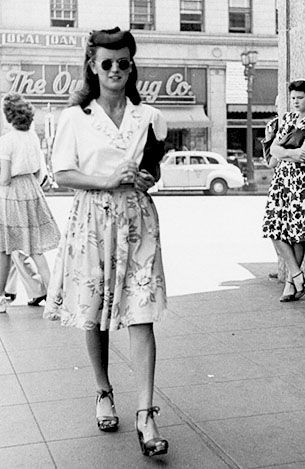 nails painted red — fuckindiva: 1940s street style in New York