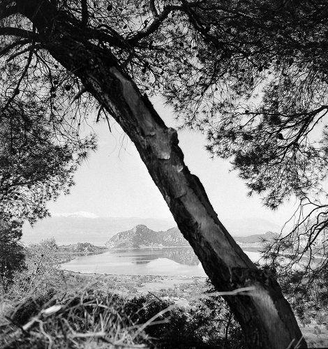 Αττική , Άποψη της λίμνης της Βουλιαγμένης. Βουλιαγμένη, γύρω στα 1960 Πέτρος Μπρούσαλης - Μουσείο Μπενάκη