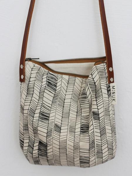 Die kleine Tasche Greta ist aus handgesiebdrucktem Canvas (Baumwolle) und einem Schulterriemen aus echtem Leder hergestellt. Innen mit Baumwolle ge...