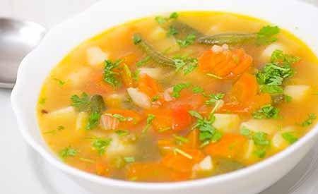 Rezept für eine basische Kartoffelsuppe mit Gemüse. Eine überwiegend basische Ernährung verhindert die Übersäuerung des Körpers und hilft, eine bereits bestehende Übersäuerung abzubauen.