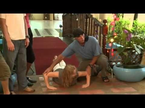 #Голтис показывает упражнения на пресс и отжимания