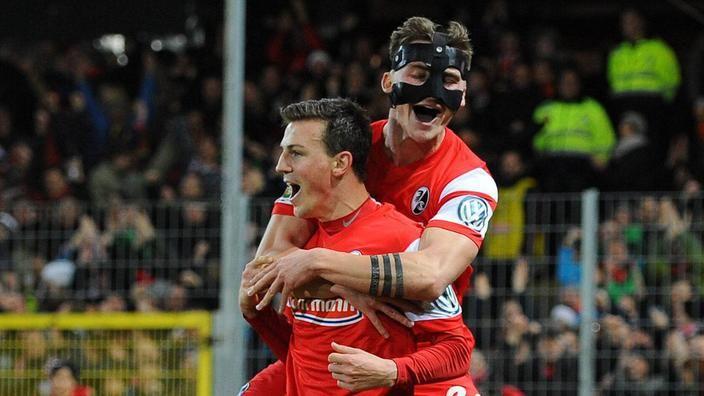 SC Freiburg - 1. FC Köln 2:1 - Freiburg macht mit Köln kurzen Prozess - Ein früher Doppelschlag hat dem SC Freiburg den Einzug ins Viertelfinale des DFB-Pokals beschert. Binnen weniger als 60 Sekunden trafen erst Anthony Ujah (17.) mit einem Eigentor und dann Vladimir Darida (18.) zum 2:1 (2:0) gegen den 1. FC Köln.
